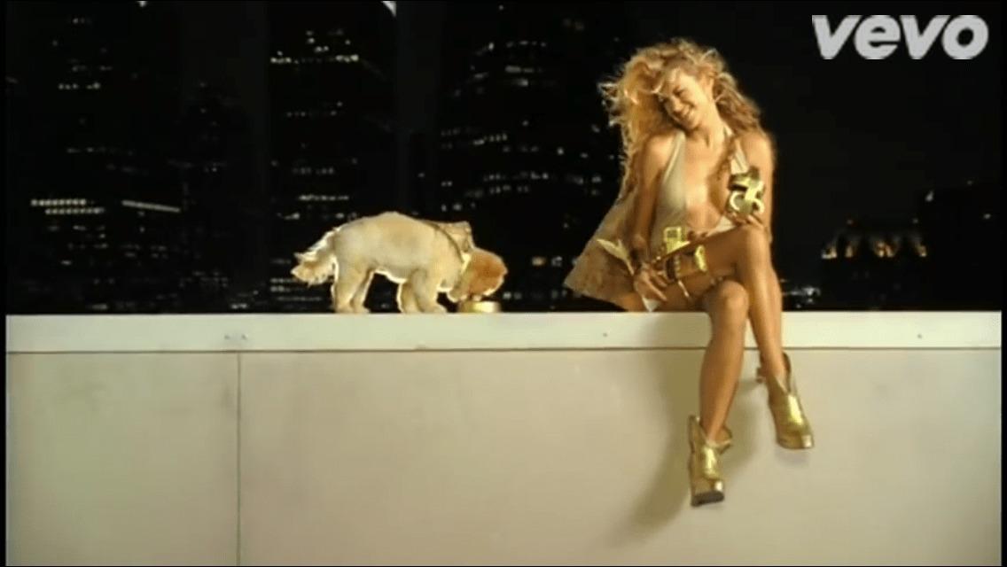 Paulina Rubio alimentando um cachorro