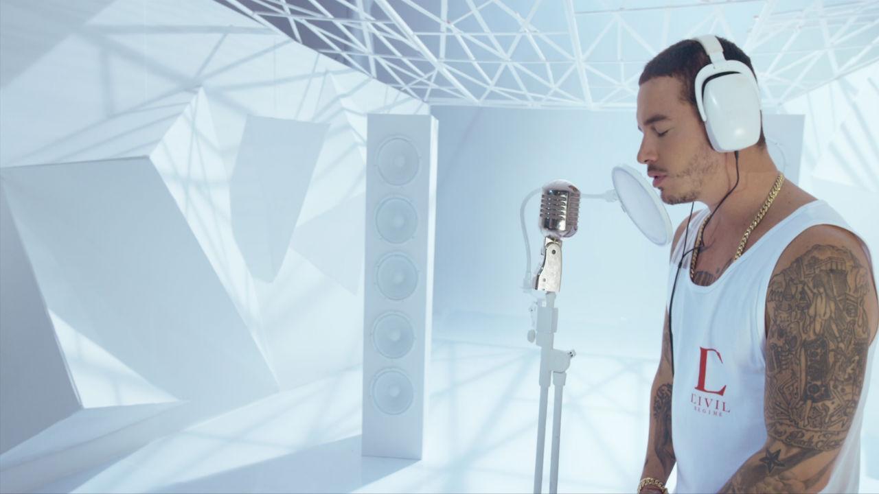 J Balvin em cena do vídeo de Ay Vamos