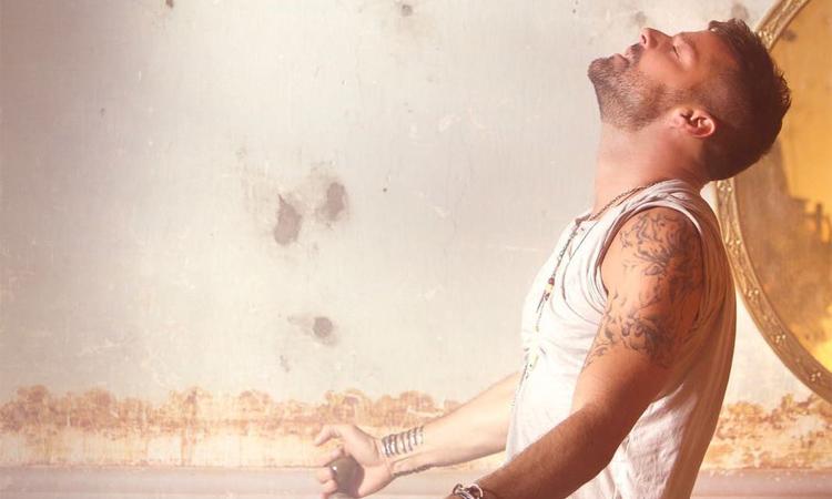 Ricky Martin aparece rodeado de bailarinos e fogo no novo videoclipe, Fiebre