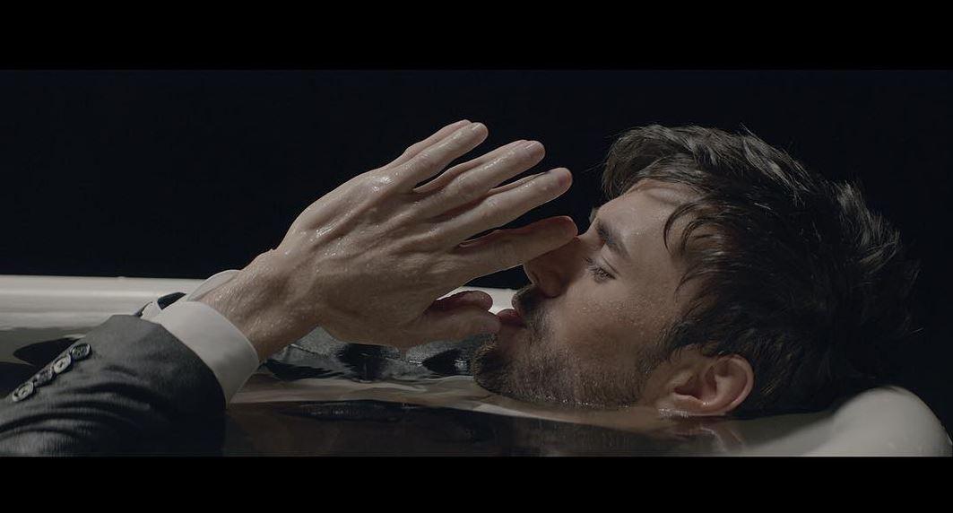 Enrique Iglesias em cena de El Baño, seu último single